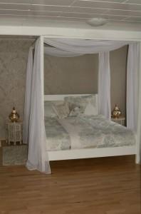 Schlafzimmer mit stilvoller Einrichtung