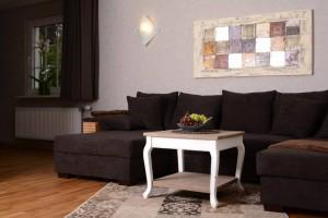 Ein gemütliches Wohnzimmer mit stilvoller Einrichtung läd zum Verweilen ein.